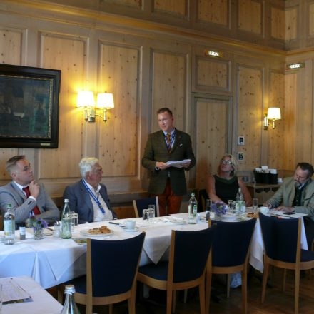 Gastreferent Philip Bust vom BBV (stehend)©Wildland-Stiftung Bayern