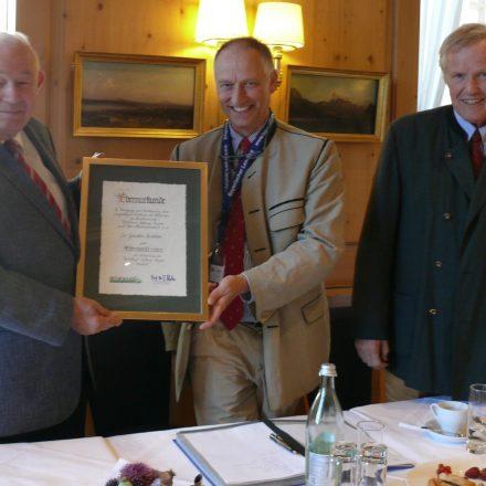 Ehrenvorsitzende Dr. Günther Beckstein (l.) mit Nachfolger Prinz Wolfgang von Bayern und Stiftungsratsvorsitzender Prof. Jürgen Vocke