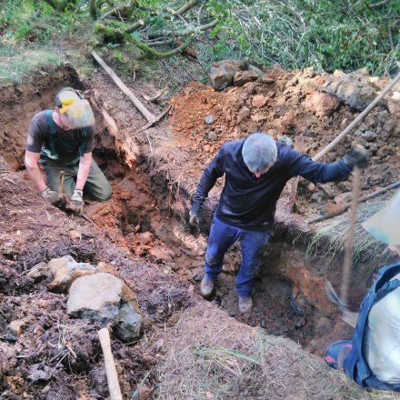 Freiwillige beim Anstau von Gräben im Schwarzen Moor©T-Kirchner